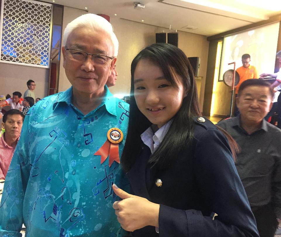 马来西亚食神-食公子念法律系女儿与原南洋商报主席、财政部副部长丹斯里黄思华,后为父亲挚友拿督邱承福太平局绅