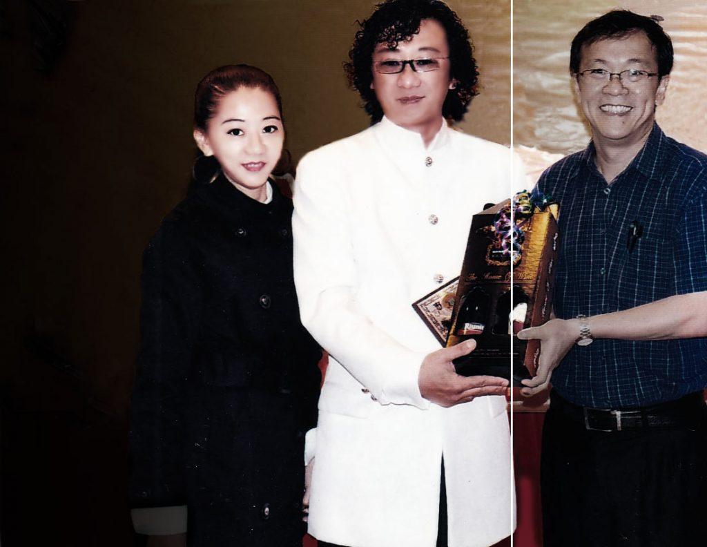 廖城兰亲携爱妻手,上台接受马来西亚高教部长拿督何国忠博士奖盾及纪念品